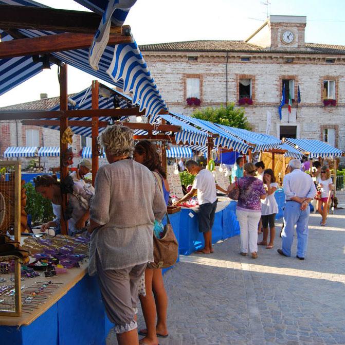 http://santangelofestival.it/wp-content/uploads/2018/05/Mercatini-artigianato-SantAngelo-in-Pontano.jpg